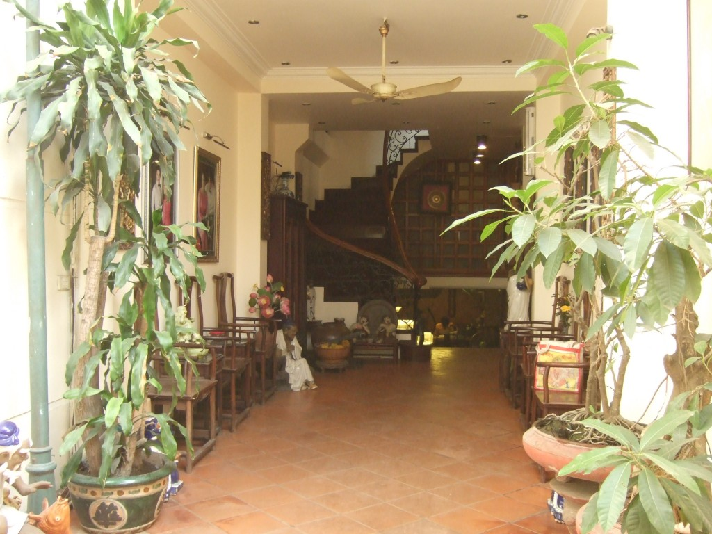 The airy lobby and lounge of Classic Street Hotel