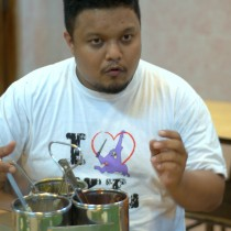 Darren, my Food Tour Malaysia guide, explains the etiquette behind eating with your hands